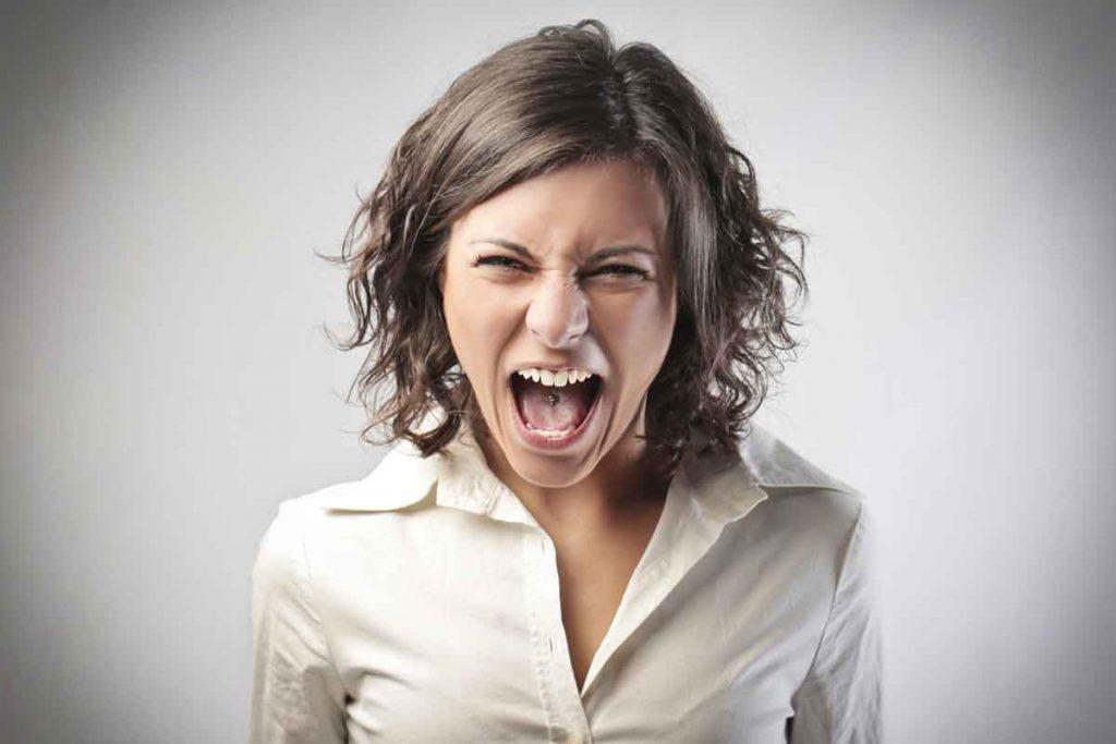 Photo d'une femme, maman qui craque, femme qui est énervée